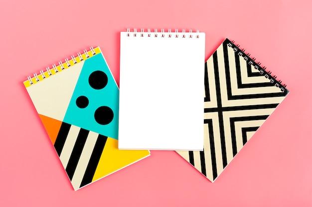 ピンクの背景のノートのためのノートのセット