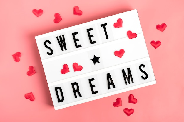 Красные сердца, лайтбокс с цитатой сладкие сны на розовом фоне