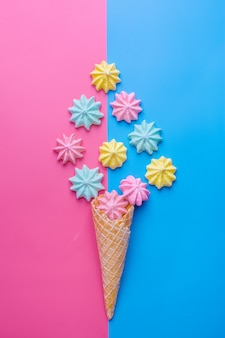青とピンクのメレンゲとアイスクリームコーン