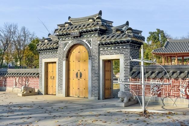 韓国の公園への伝統的な韓国風の入り口の門