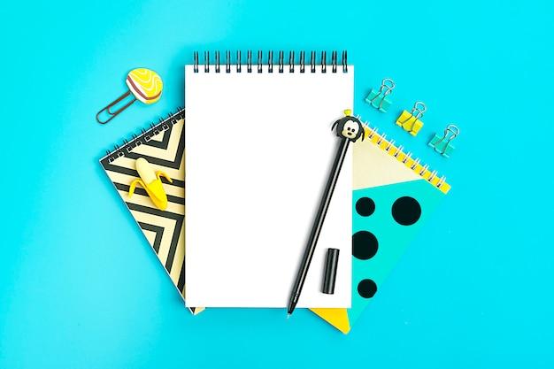 学校や事務用品学校に戻るコンセプトフラットレイアウト平面図