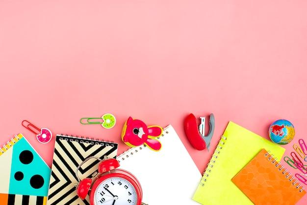 学校概念に戻る。ピンク、フラットレイアウトの学用品。