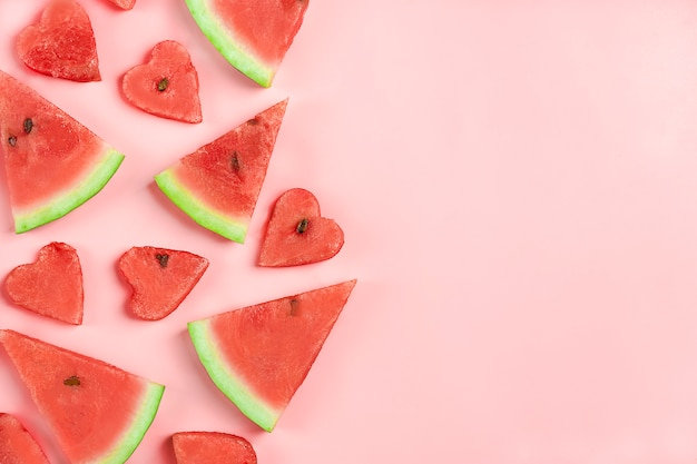 Красный арбуз узор. креативный макет выполнен в форме сердца арбуза на розовом.
