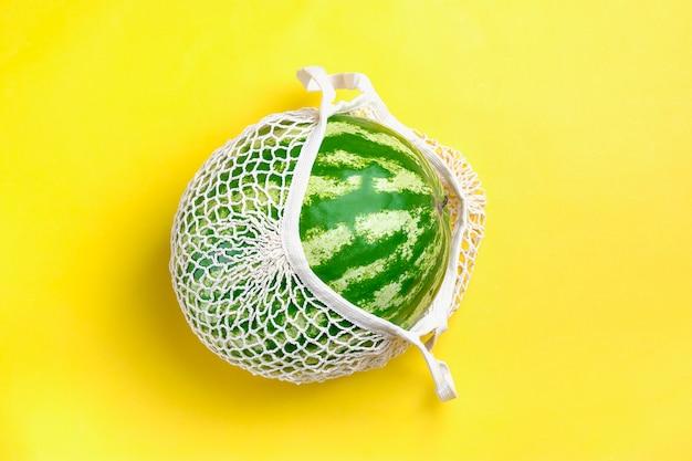 Экологичная сетка для магазина с органическим арбузом на желтом