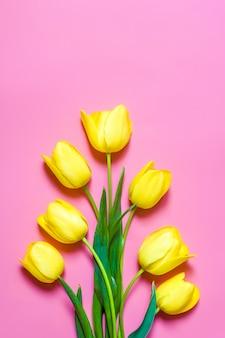 ピンクの黄色のチューリップ