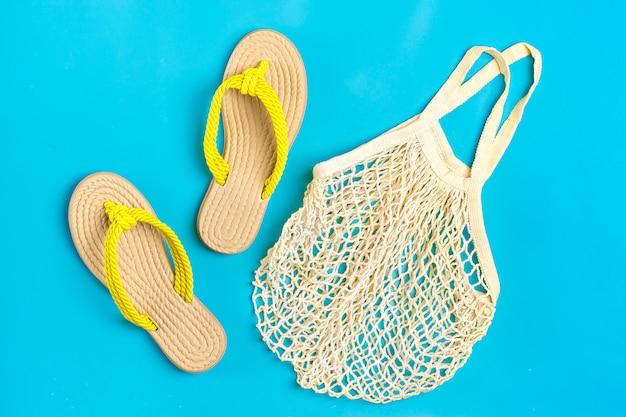 黄色の竹のサンダルと青のメッシュバッグ