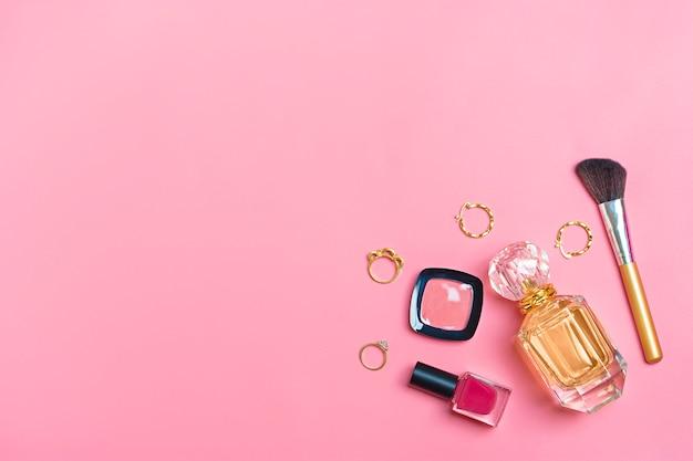 化粧品とアクセサリーのセット - 口紅、アイシャドウ、マニキュア、ブラシ、ブラッシュ