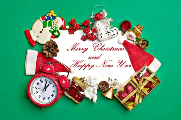 新年あけましておめでとうございますフラットなレイアウト構成、メモ帳、テキストの場所クリスマスデコレーション、緑色