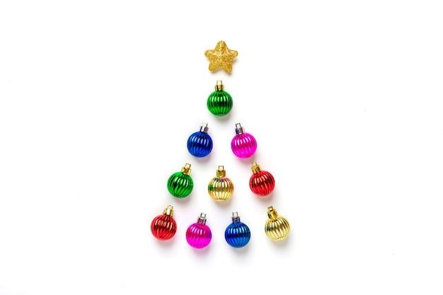 カラフルな安物の宝石と白い背景で隔離のゴールデンスター装飾で作られた創造的なクリスマスツリー。