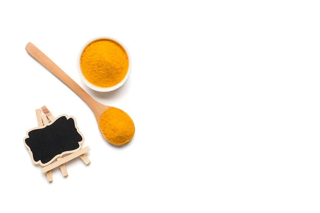 Сушеная куркума, (куркумин), порошок желтого имбиря, изолированные на белом фоне цвета,