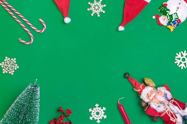 新年あけましておめでとうございますフラットなレイアウトの構成、テキストのための場所クリスマスの装飾、緑色のバックグラウンド