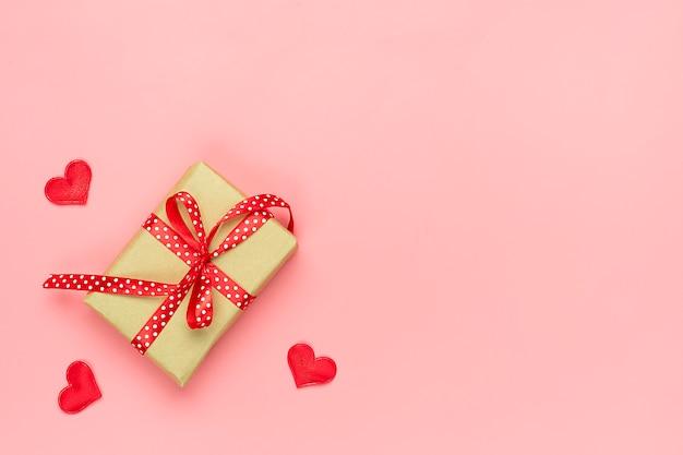 ピンクの背景のロマンチックな装飾トップビューフラット横たわっていた幸せなバレンタインデー