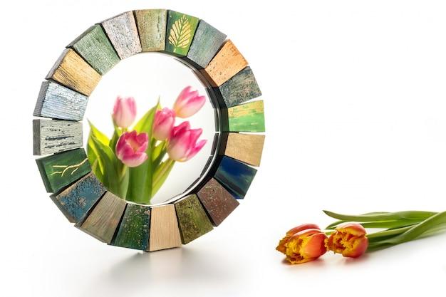 Интерьерное зеркало ручной работы в деревянной раме с букетом весенних тюльпанов