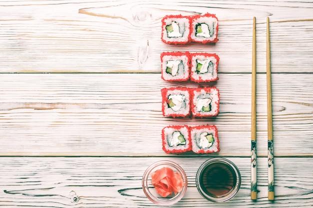 新鮮なエビの寿司ロールのセットキュウリアボカドトビコキャビアとフィラデルフィア