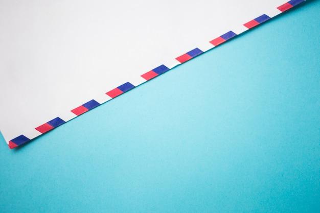 青い背景に航空便の封筒の手紙
