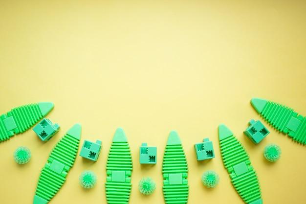 Различные детские игрушки фон в зеленых тонах, красочные ассорти