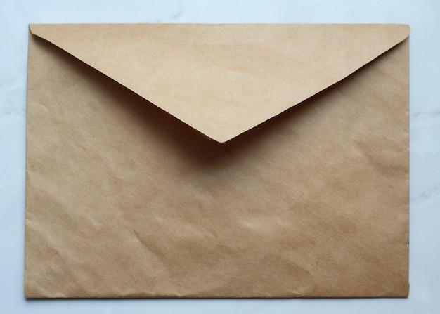 テーブルの上の空の黄金の封筒