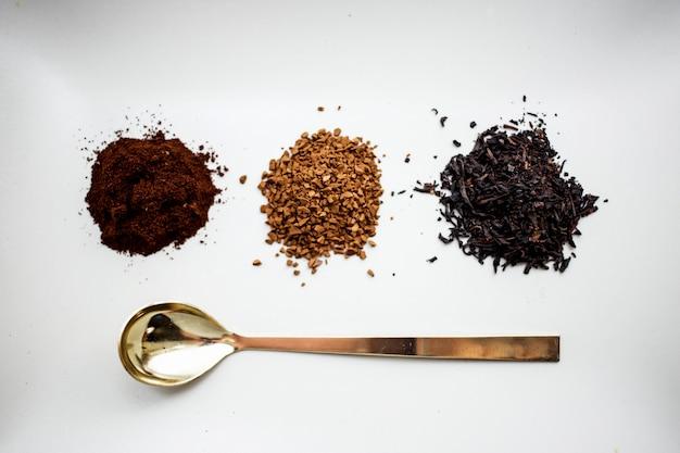 ナチュラルコーヒー、インスタントコーヒー、紅茶、テーブルの上のスプーン