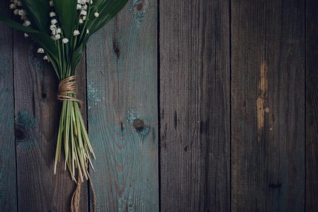 トップビューリリーオブザバレーの古い木製の背景