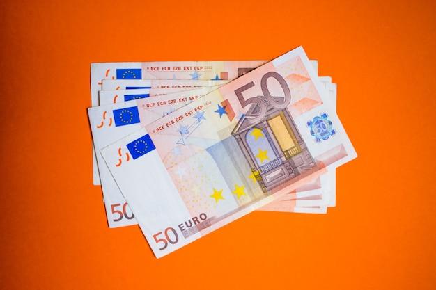 お金のユーロ紙幣の束を閉じる