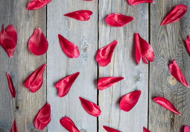 木製の背景、花のパターンに赤い牡丹の葉