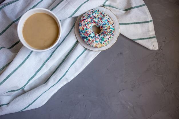 Свежий пончик с кофе