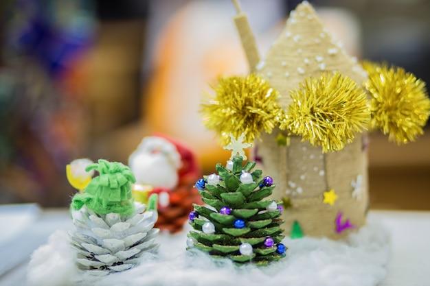 クリスマス休暇の手工芸品や手作りクリスマスツリーのクローズアップ