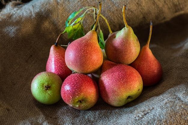 素朴なテーブル、自然の背景、ビーガン、ダイエット食品、ベジータに新鮮な熟した有機赤い梨