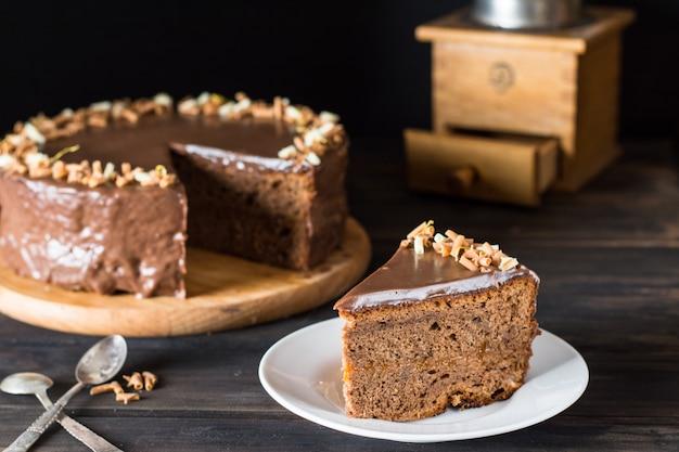 チョコレートケーキの一片。オーストリアのケーキ。ザッハーケーキ。朝食コンセプト。コーヒータイム。チョコレート