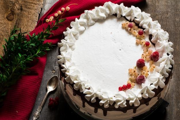 イチゴ、クランベリー、ミントで飾られたビクトリアケーキ。デザート。ペストリー。バター