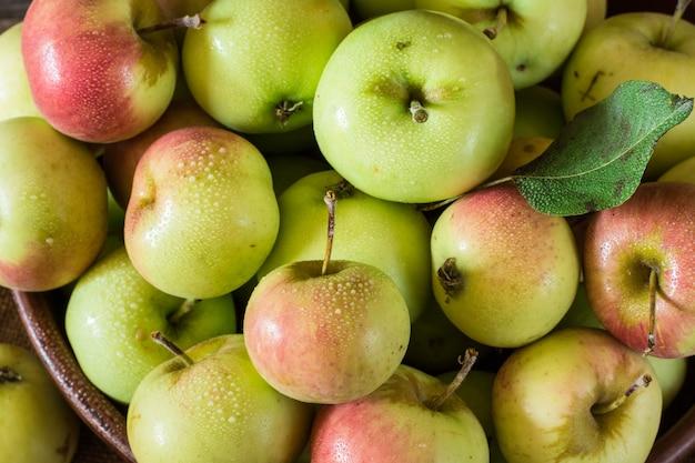 赤と緑のリンゴ。ボウルのリンゴ。ガーデンフルーツ。秋の果物。秋の収穫。ベジータ