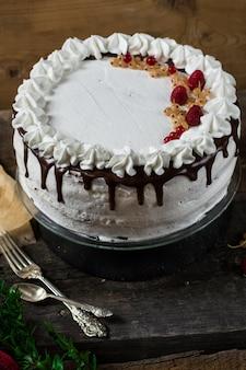 イチゴ、クランベリー、ミントで飾られたビクトリアのサンドイッチケーキ。デザート。セレブ