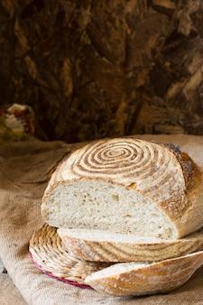 ビンテージバッグと羊皮紙の紙の上の小麦パン。無塩パンベジタリアン。ダイエット。