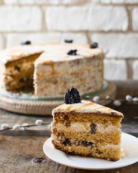 ロシアのハニーケーキメドヴィク。梅、ナッツ、プルーンのケーキ。イースターケーキ