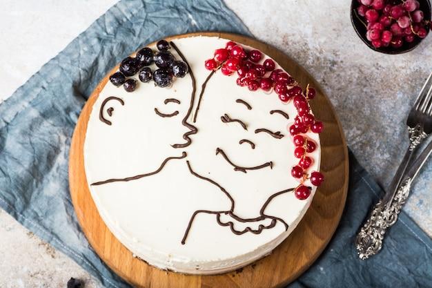 母の日のベリーとキスフィギュア付きチーズケーキ