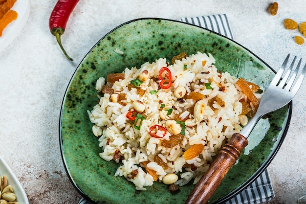 インド料理ビリヤニライスとカレー。ラマダン食品。バスマティ米。インド料理のコンセプト。アラビア料理。ピーナッツと唐辛子。レーズン、干し杏