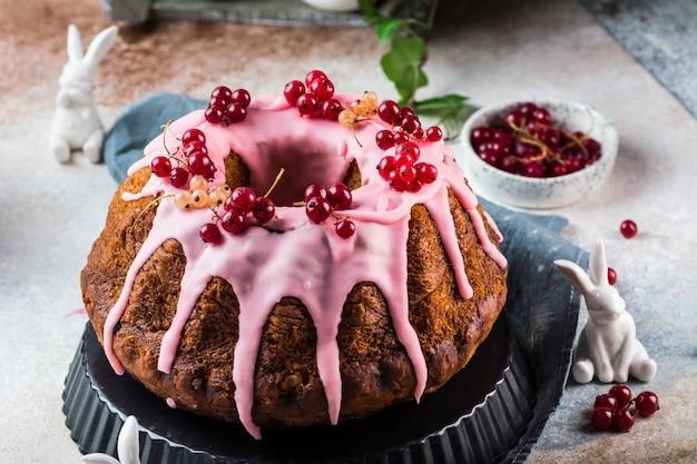 イースターケーキ。クリーチケーキ。伝統的なバブカ。お祝いのケーキ。イースターのコンセプトです。パネトーネ。