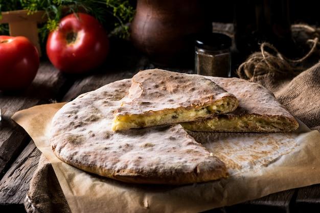 Хачапури по-аджарски. открытый пирог с моцареллой и яйцом. грузинская кухня. натюрморт с едой. сыр сулугуни. грузинский хлеб кусок пирога. сырный пирог