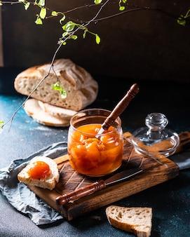Сладкие консервированные персики в банке. персиковый джем. домашнее варенье. сладкий десерт персиковый мармелад. вегетарианская еда. веганская еда концепция. сандвич