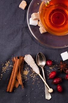 Чашка чая с сахаром и специями