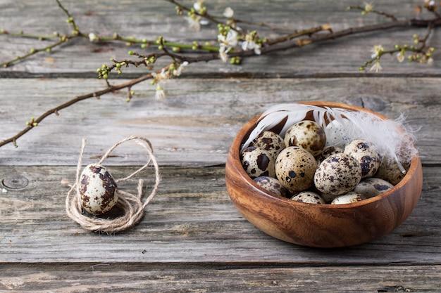 花の枝とウズラの卵のボウル