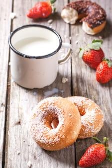 牛乳と新鮮なイチゴのドーナツ