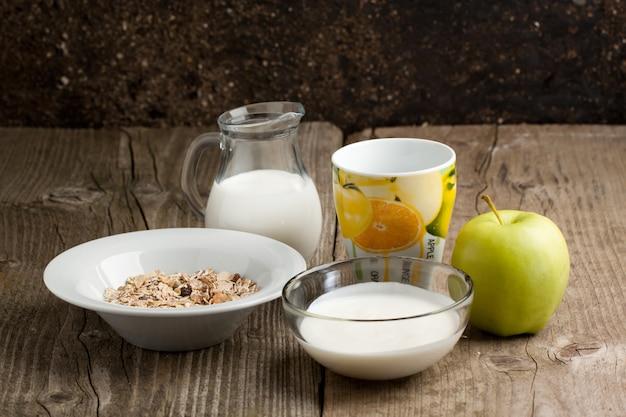 ミューズリー、牛乳、リンゴの朝食