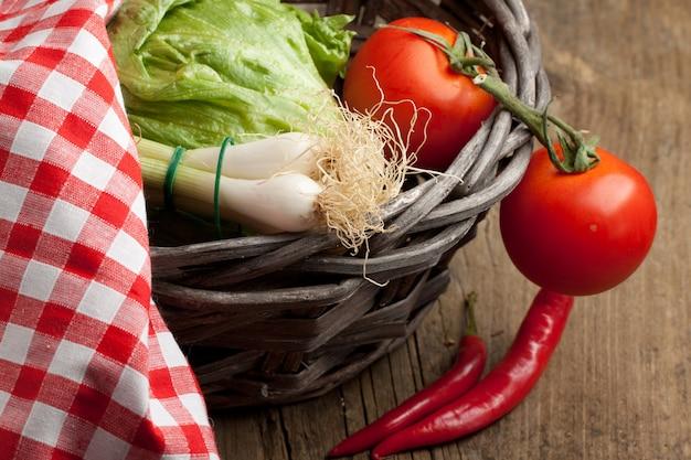 新鮮な野菜のバスケット