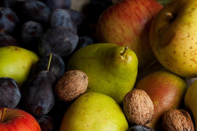 新鮮なさまざまな果物