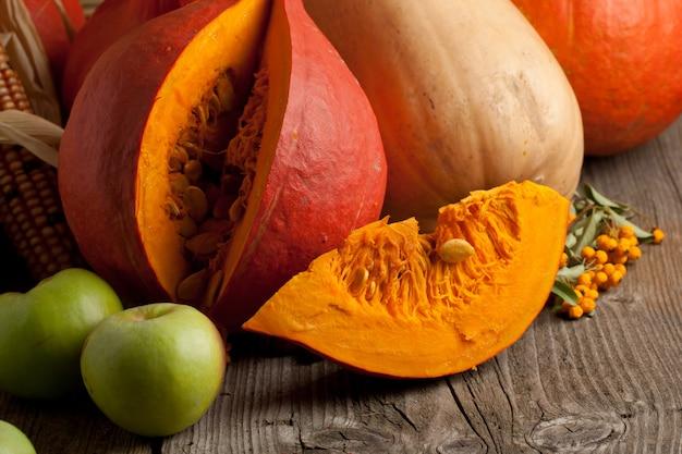 オレンジ色のカボチャとリンゴ