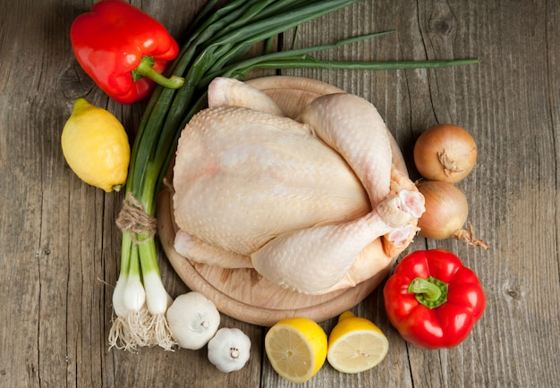 生の鶏肉と野菜