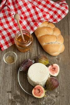 Белый сыр с инжиром и хлебом