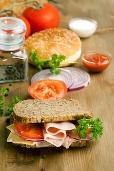 Свежий бутерброд с ветчиной и помидорами