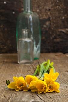 花瓶に黄色い水仙の束